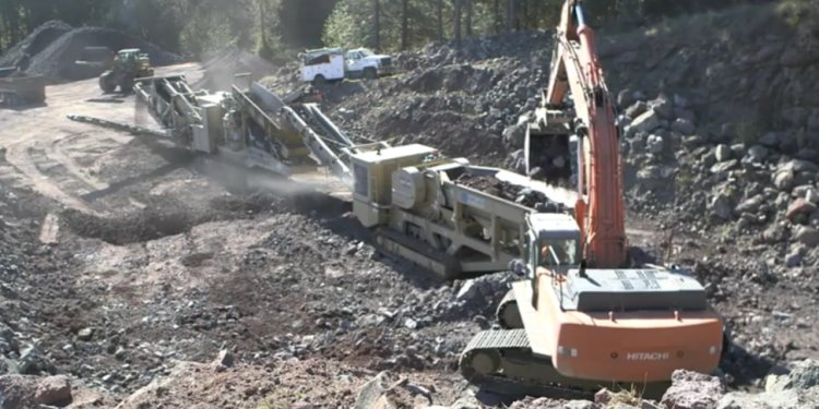 Rock crushing with track plant